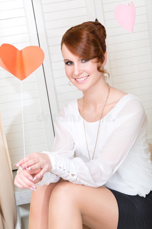 Молодая милая усмехаясь девушка стоковая фотография