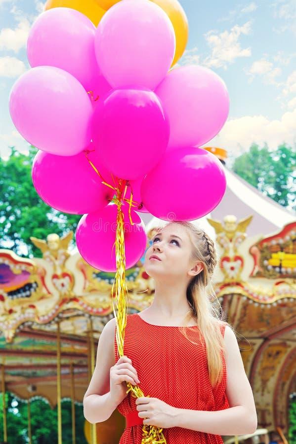 Молодая модельная женщина с яркими воздушными шарами стоковые изображения rf