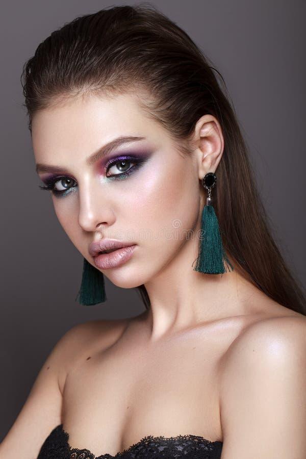 Молодая модель с профессионалом составляет стоковая фотография