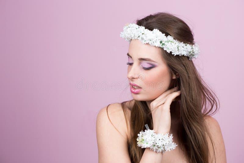 Молодая модель с яркими цветками на ее голове стоковая фотография rf