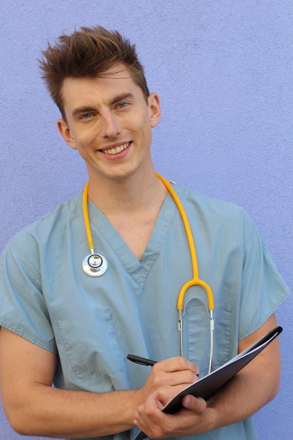 Молодая мужская медсестра с доской сзажимом для бумаги стоковые фотографии rf
