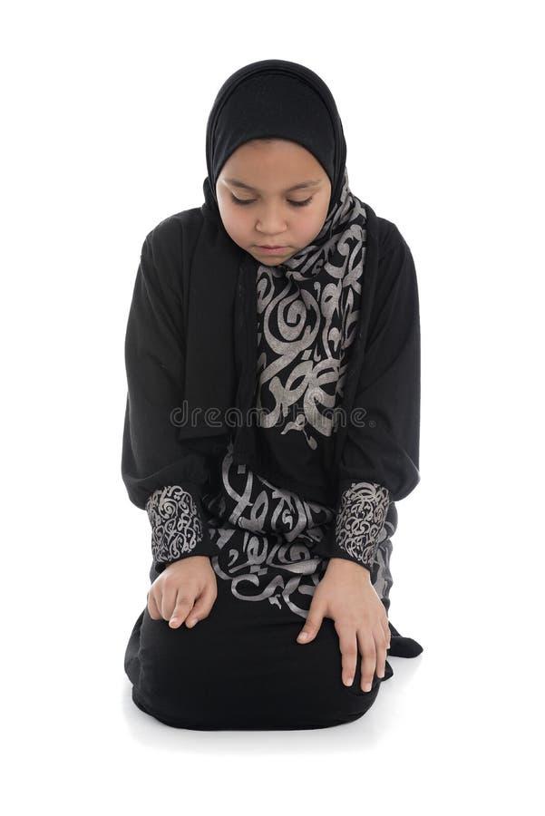 Молодая мусульманская девушка моля стоковые изображения rf