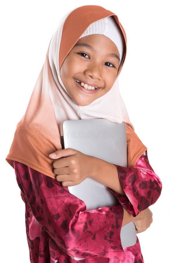 Молодая мусульманская девушка с компьтер-книжкой II стоковое фото