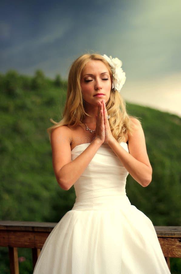 Молодая невеста моля стоковые изображения