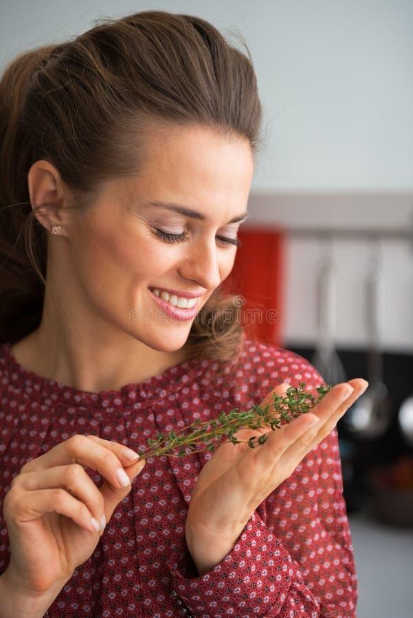Молодая домохозяйка держа свежий тимус стоковые изображения rf