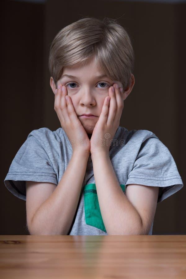 Молодая осадка чувства мальчика стоковая фотография