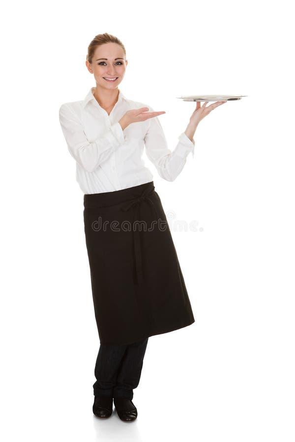 Молодая официантка держа поднос стоковые изображения rf