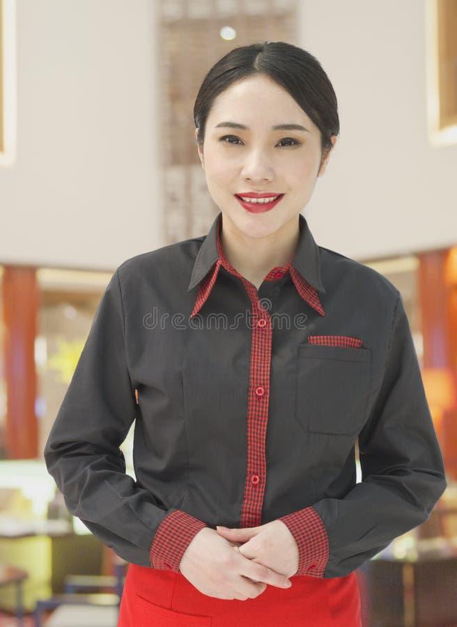 Молодая официантка, приветствуя стоковая фотография rf