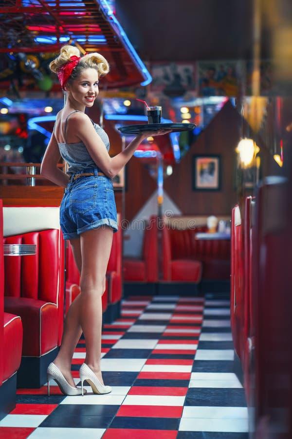Молодая официантка стоковое изображение