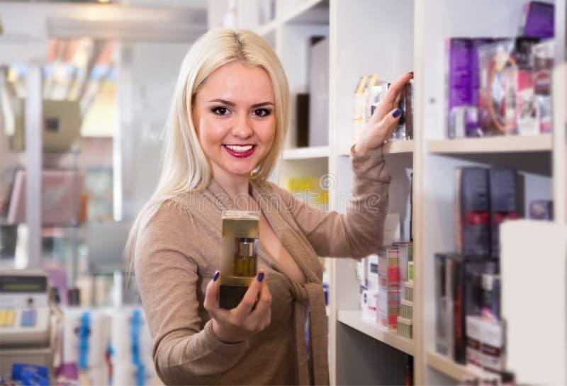Молодая очаровывая женская предлагая сливк стоковая фотография rf
