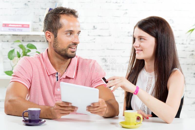 Молодая пара идет ходить по магазинам на интернете стоковые изображения
