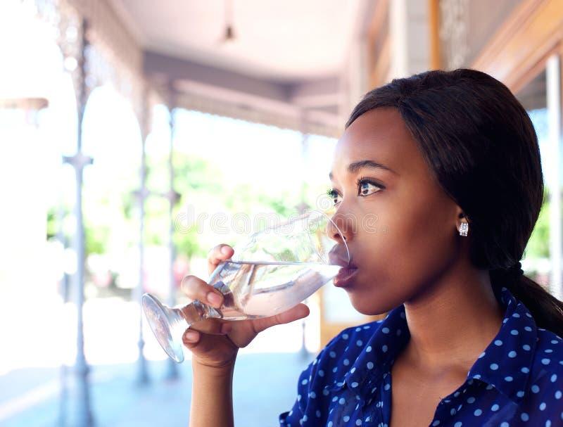 Молодая питьевая вода бизнес-леди стоковое фото rf