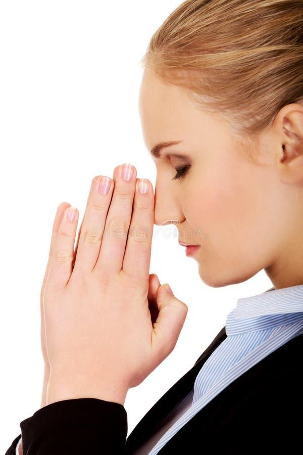 Молодая потревоженная бизнес-леди думая о что-то стоковая фотография rf