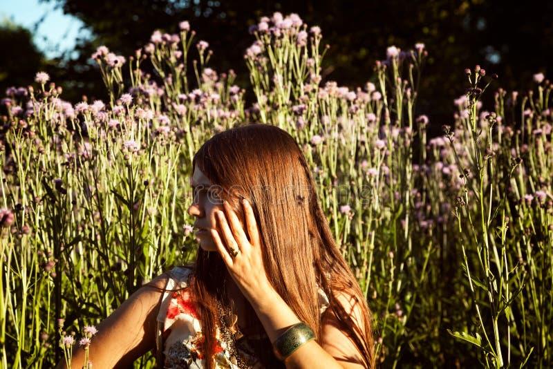 Молодая потревоженная девушка в древесинах чувствуя тревоженый и вспугнутый стоковое изображение rf