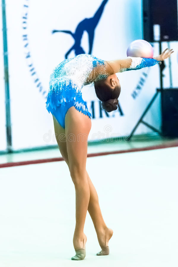 Молодая привлекательная девушка показывает тренировку с шариком стоковые фото