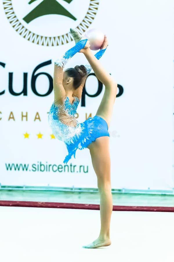Молодая привлекательная девушка показывает тренировку с шариком стоковая фотография