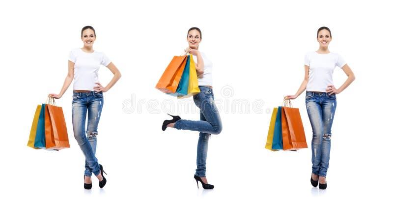 Молодая, привлекательная девушка с хозяйственными сумками стоковые фото