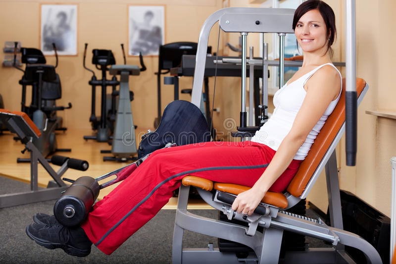 Молодая привлекательная женщина брюнет в спортзале стоковое фото rf
