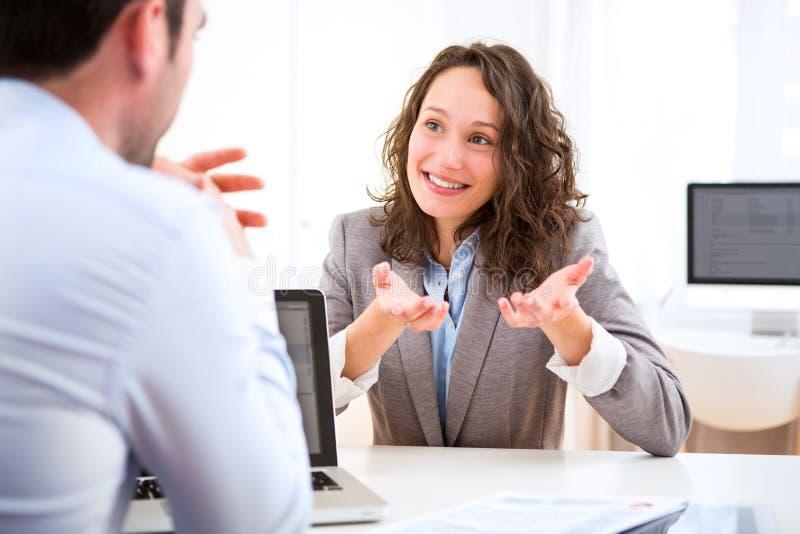 Молодая привлекательная женщина во время собеседования для приема на работу стоковое изображение rf