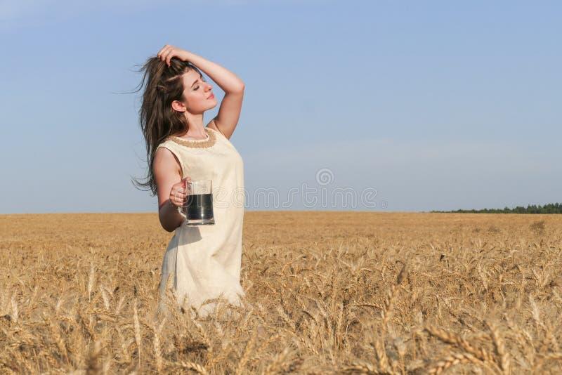 Молодая привлекательная женщина в красивом естественном платье с стеклом d стоковое фото