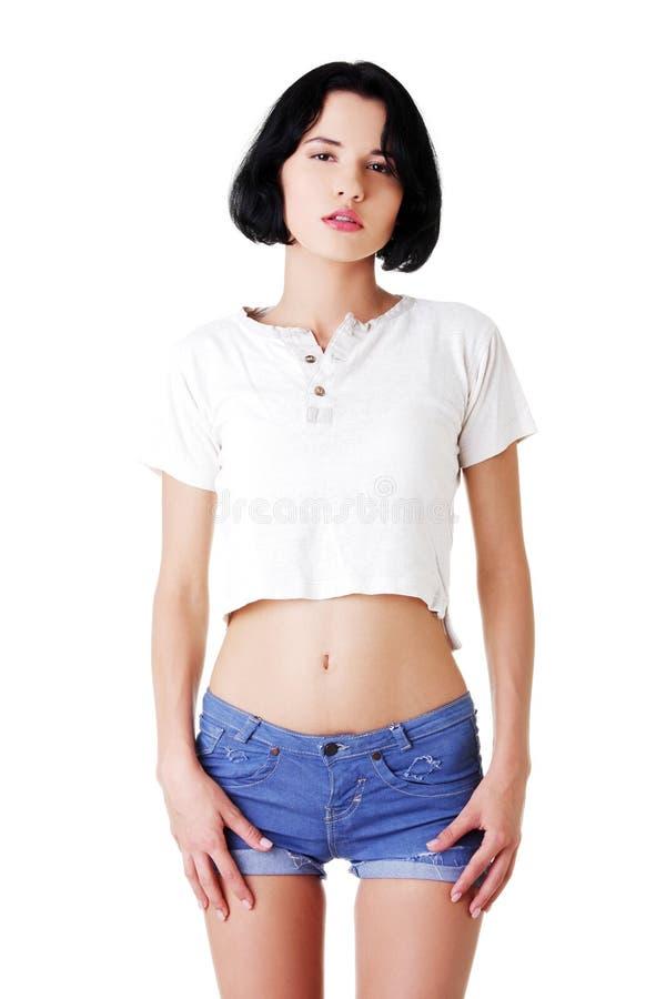 Молодая привлекательная женщина в шортах и футболке. стоковые изображения rf