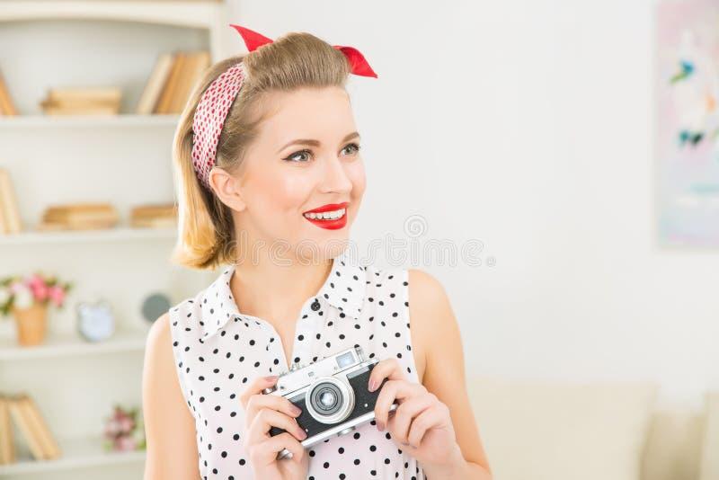 Молодая привлекательная женщина держа винтажную камеру стоковые фотографии rf
