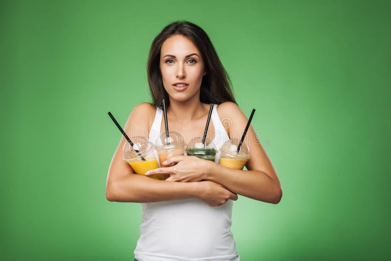 Молодая привлекательная женщина держа smoothie стоковые фото