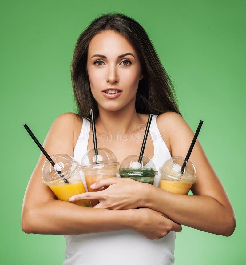 Молодая привлекательная женщина держа smoothie стоковое изображение