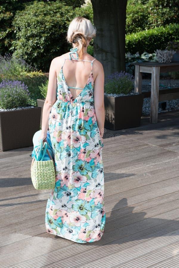 Молодая привлекательная женщина идет на палубу стоковые фотографии rf