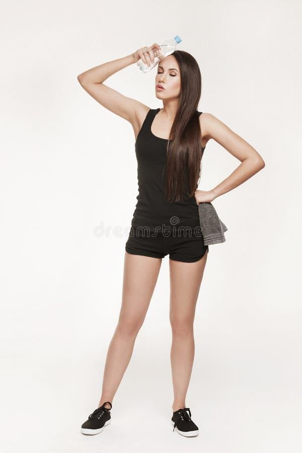 Молодая привлекательная женщина на спортзале стоковые изображения rf