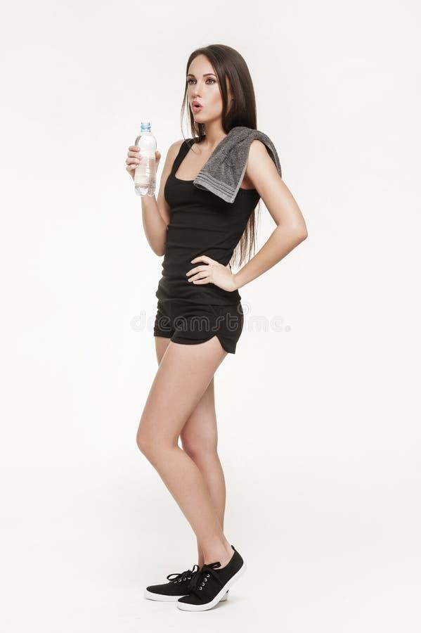 Молодая привлекательная женщина на спортзале стоковое фото