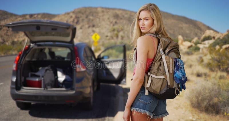 Молодая привлекательная женщина покидает корабль в пустыне для того чтобы украсть a стоковая фотография rf