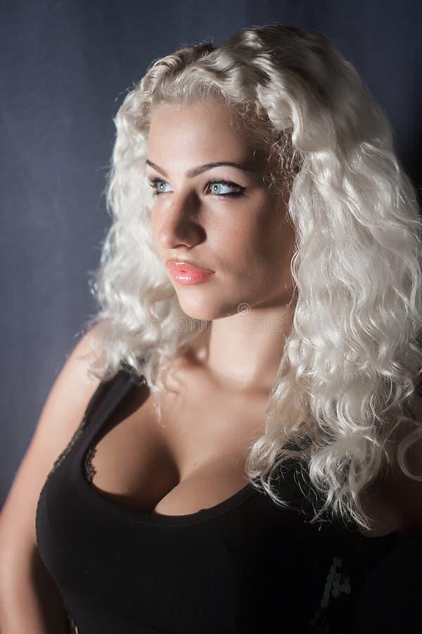 Женщина с белыми волосами