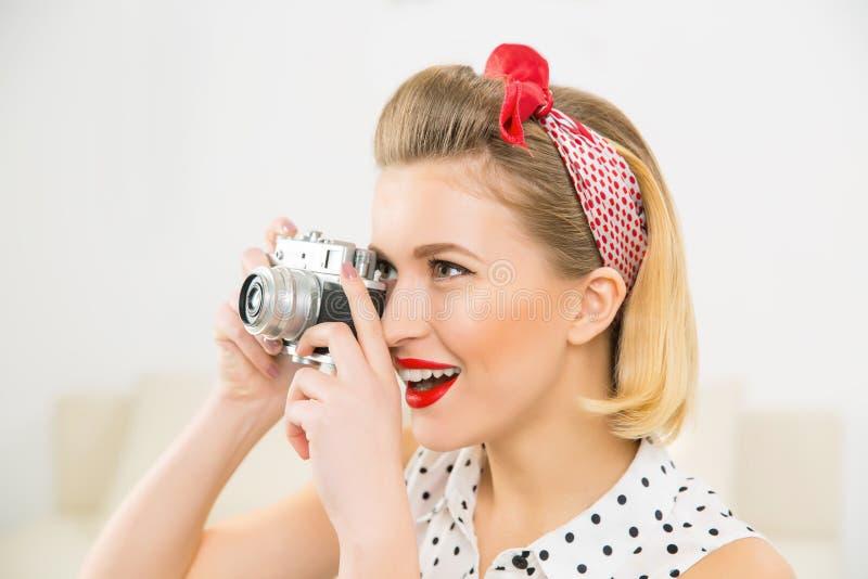 Молодая привлекательная женщина фотографирует фото стоковое изображение
