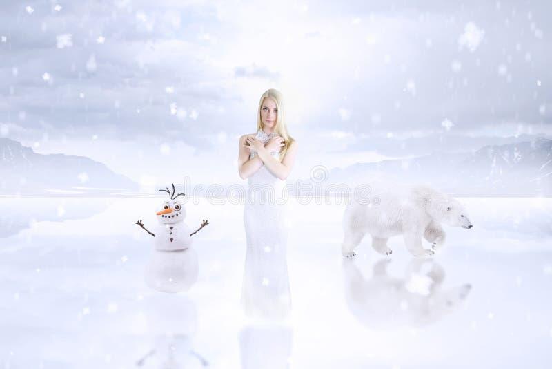 Молодая принцесса в выдуманном мире снега стоковые фотографии rf