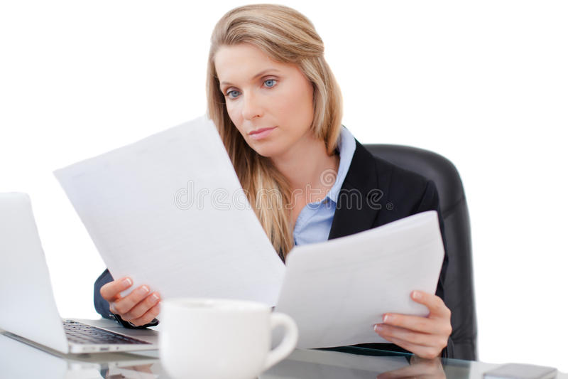Молодая профессиональная бизнес-леди работая на столе стоковое изображение rf
