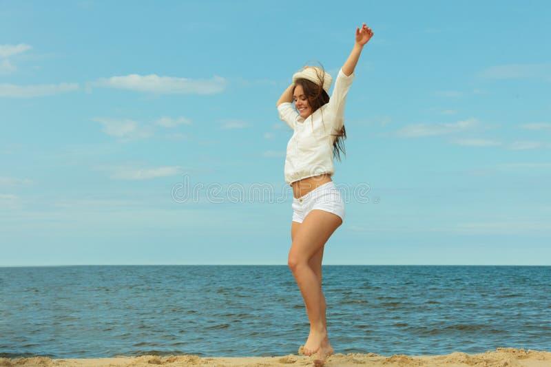 Молодая радостная девушка на пляже стоковое изображение rf