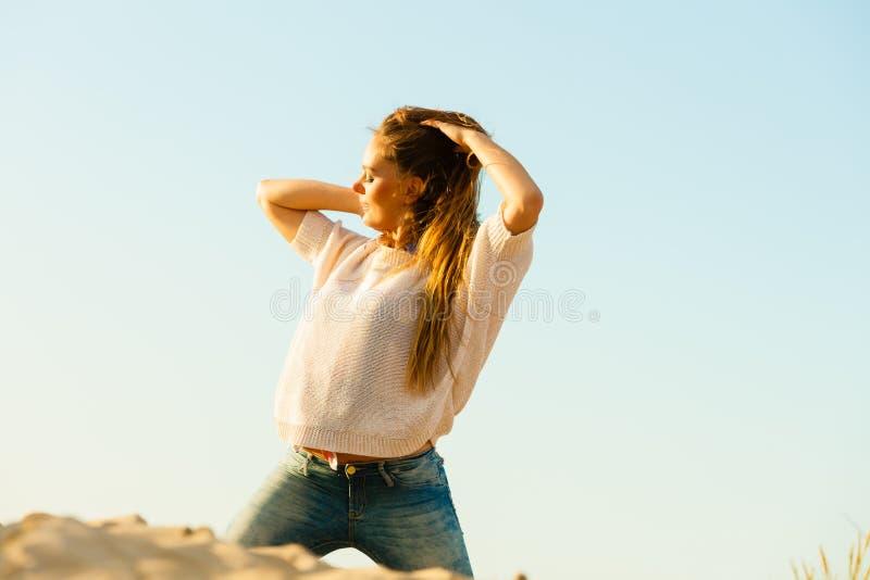 Молодая радостная девушка на пляже стоковые фото
