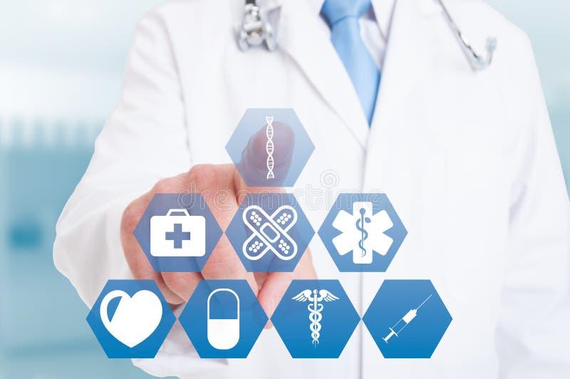 Молодая рука доктора работая с современными медицинскими значками или символами стоковая фотография rf
