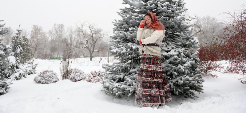 Молодая русская женщина в парке зимы стоковые фотографии rf