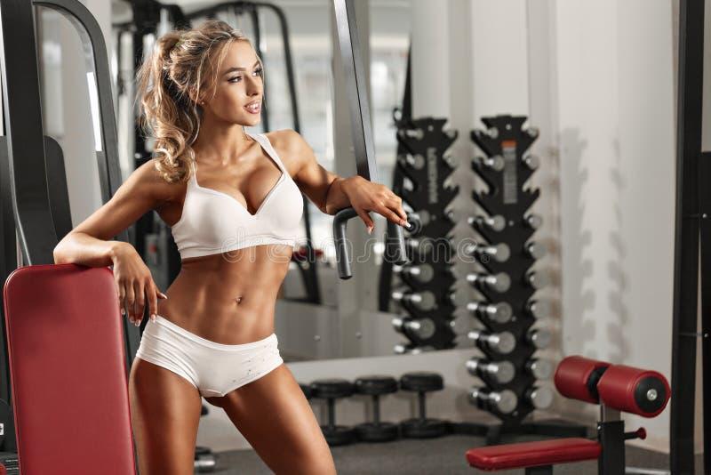 Молодая сексуальная женщина в спортзале стоковые изображения