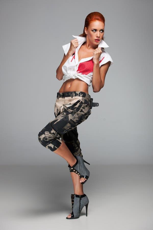 Молодая сексуальная женщина держа воротник белой рубашки стоковые фото