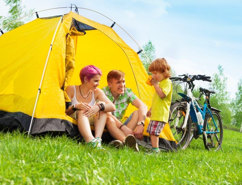 Молодая семья в шатре стоковое фото rf