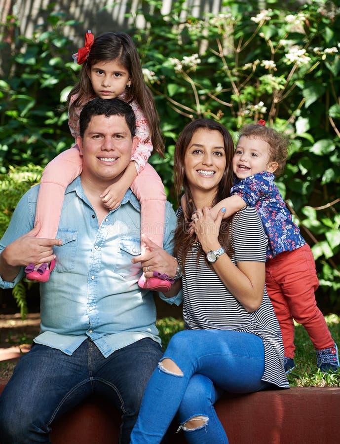 Молодая семья из четырех человек стоковая фотография rf