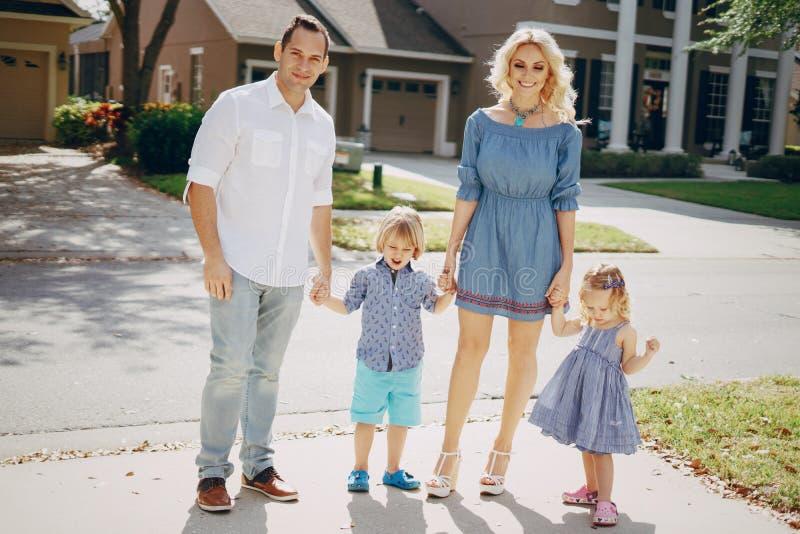 Молодая семья на улице стоковая фотография rf