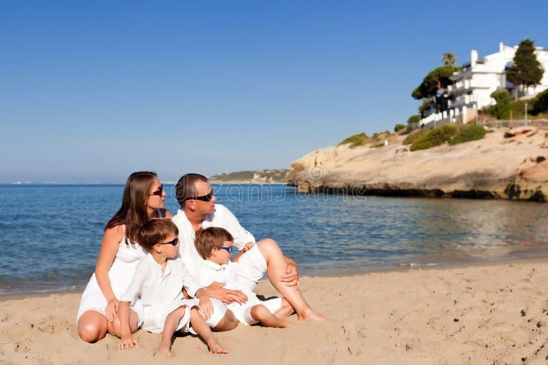 Молодая семья с 2 детьми на каникуле стоковое изображение