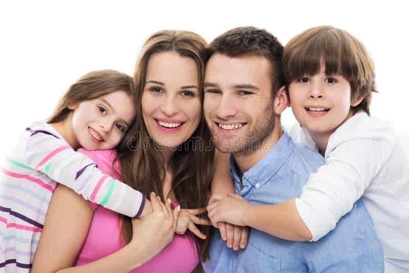 Молодая семья с 2 детьми стоковые изображения