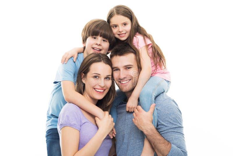 Молодая семья с 2 детьми стоковое изображение