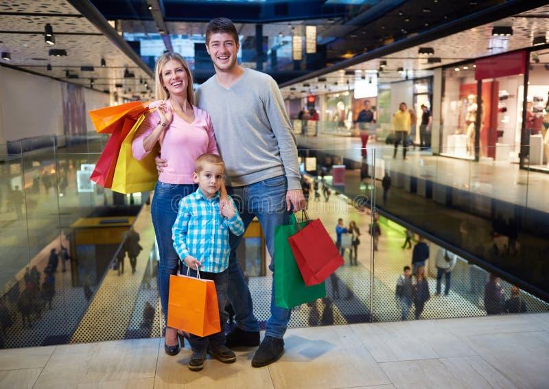 Молодая семья с хозяйственными сумками стоковое фото