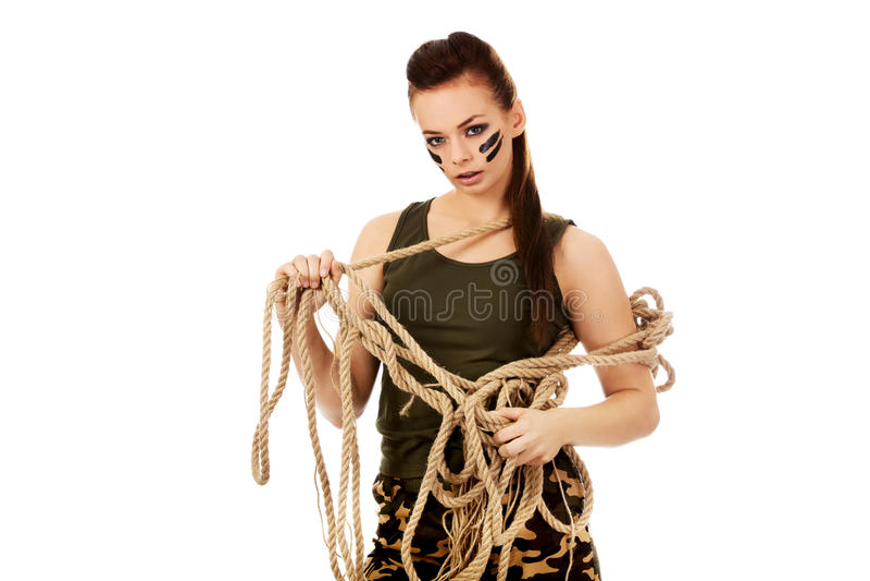Молодая сердитая женщина солдата таща веревочка стоковые фотографии rf